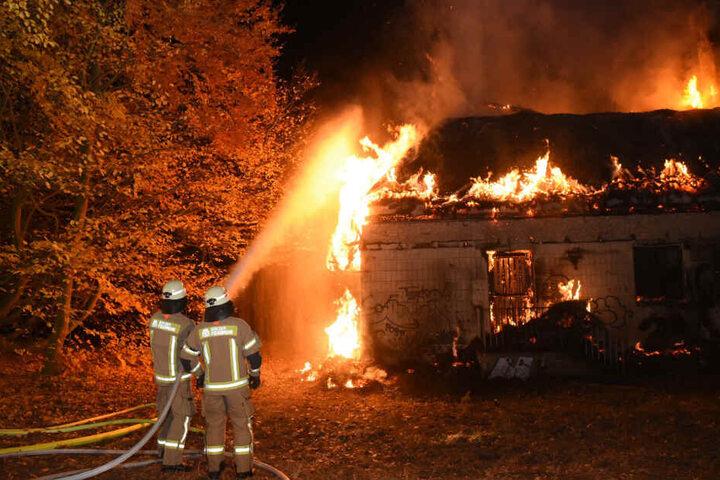 Feuerwehrleute im Einsatz (Symbolbild).