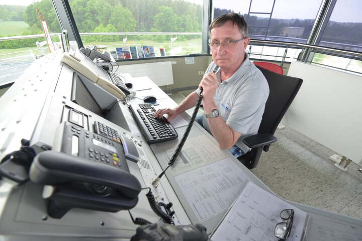 Flugleiter Andreas Wabschke (56) fordert einen Ausbau der Start- und Landebahn, damit auch größere Flugzeuge nach Jahnsdorf kommen können.