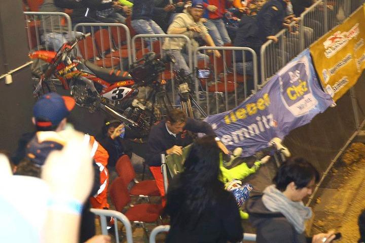 Der Kameramann konnte sich rechtzeitig unter dem Motorrad durchducken.