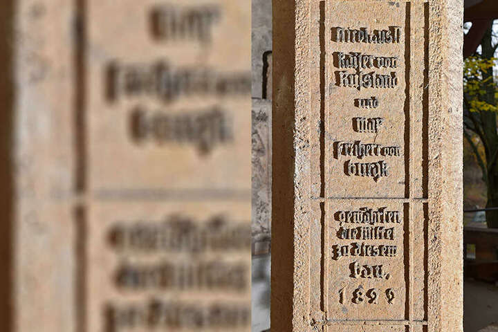 """Der letzte russische Zar Nikolaus II. """"gewährte die Mittel zu diesem Bau"""" enthüllt eine Gravur am Mauerwerk."""