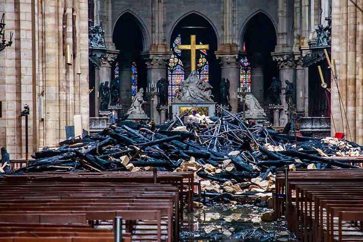 Verkohlte Holzbalken vor dem Altar. Man darf über die Verfilmung gespannt sein.
