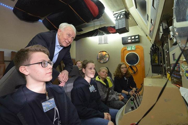 Der Astro-Held mit jungen Mitgliedern des Kosmonautenzentrums in der Raumflug-Kommandozentrale.