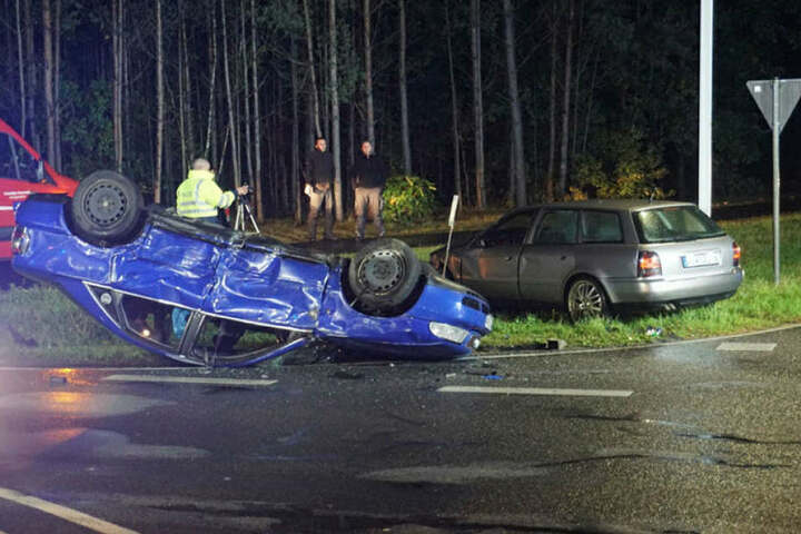 Einer der Audifahrer wollte vermutlich nach rechts ausweichen und prallte dort mit mehreren Straßenschildern zusammen.