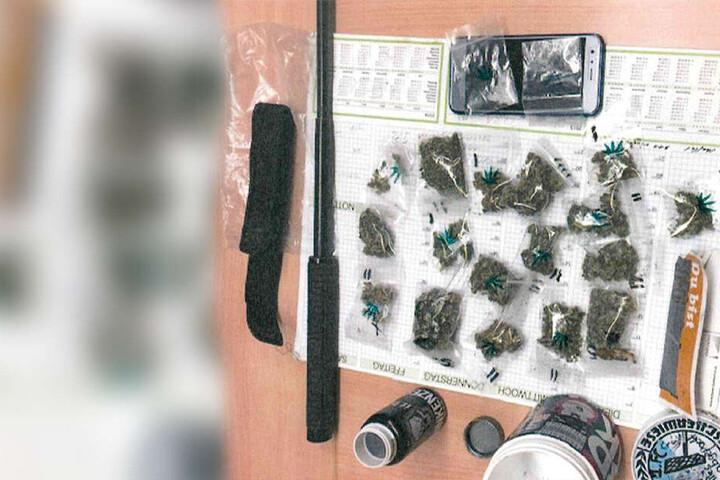 Der 21-Jährige hatte mehrere Tütchen mit Drogen und einen Schlagstock dabei.
