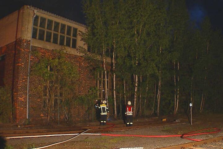 Nach einer Stunde war der Brand gelöscht. Die Feuerwehrmänner suchten nach weiteren Glutnestern.