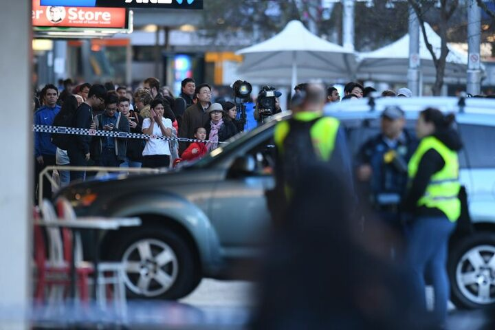 Mindestens fünf Menschen wurden bei dem Unfall verletzt.