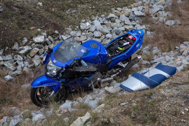 Das Motorrad ist stark beschädigt.