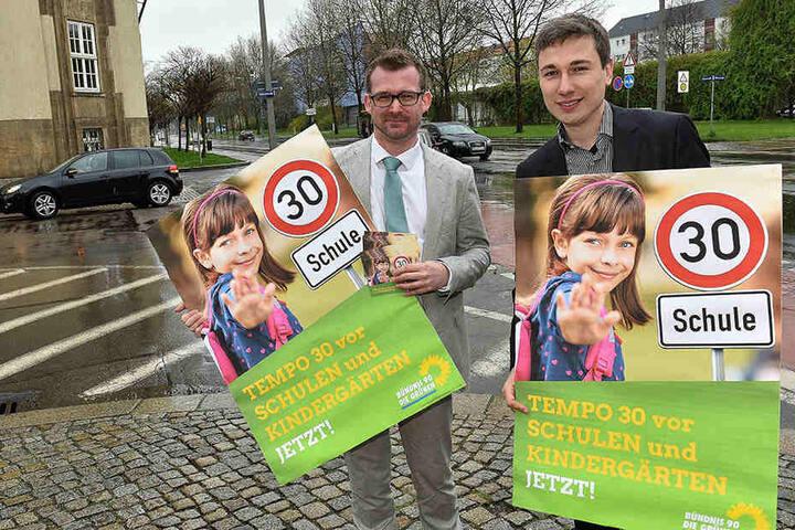 Baubürgermeister Raoul Schmidt-Lamontain (40, l.) und der  Bundestagsabgeordnete Stephan Kühn (37, Grüne) wollen mehr Tempo-30-Zonen, zum  Beispiel an der Güntzstraße.