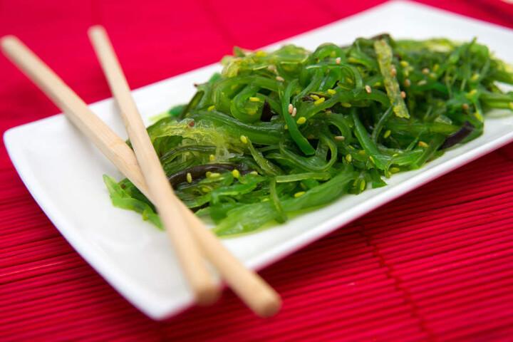 Manche Algenarten werden schon heute als gesunde Ergänzung zu Pommes und Co. angeboten.