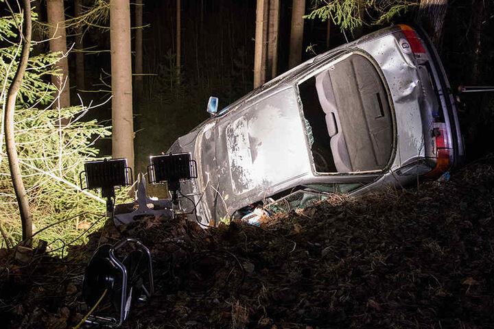Der Audi blieb nach dem Unfall an einem Hang auf der Seite liegen.