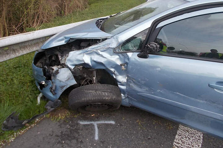 Auch der Opel war komplett demoliert und musste abgeschleppt werden.