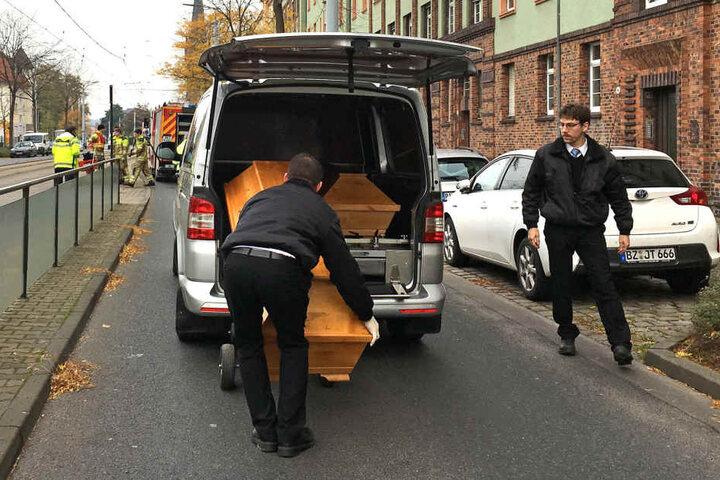Die verunglückte Frau wurde in einem Sarg fortgebracht.