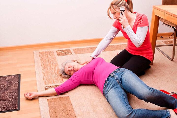 Eine Frau liegt leblos am Boden. Ihre Freundin wählt den Notruf 112, um medizinische Hilfe zu holen. Binnen zwölf Minuten sollten ausgebildete Retter vor Ort sein. In Sachsen wird dieses Ziel aber nur etwa bei 80 Prozent der Einsätze erreicht.