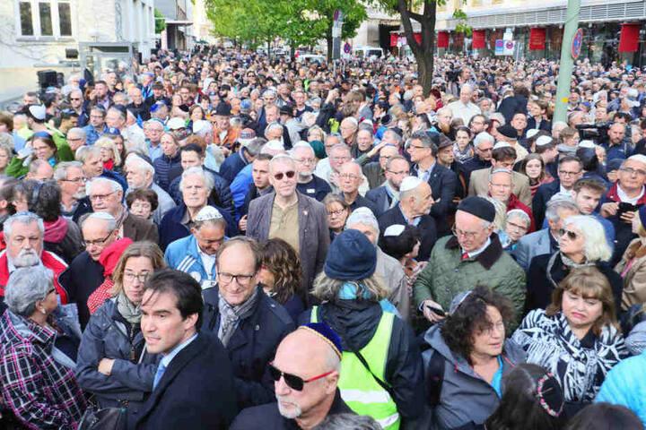 """Zahlreiche Menschen beteiligen sich an der Solidaritätskundgebung """"Berlin trägt Kippa"""" der Jüdischen Gemeinde zu Berlin."""