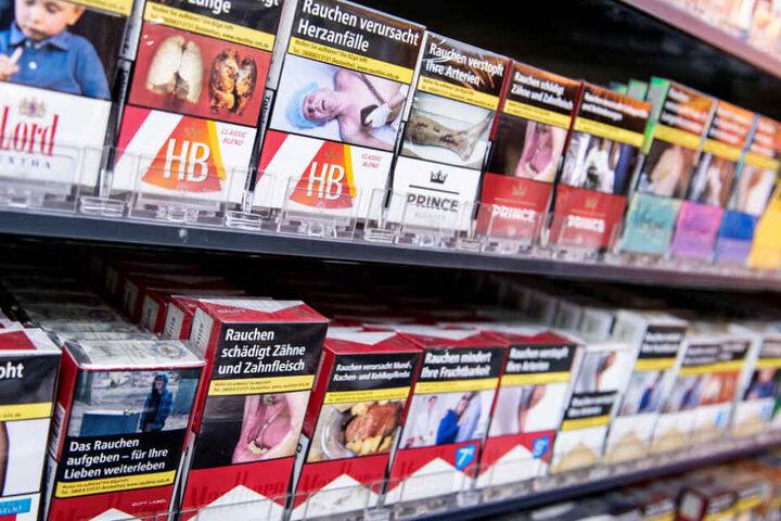 Eine Nichtraucherinitiative will, dass Ekelbilder auf Zigarettenschachteln immer klar erkennbar sind. (Symbolbild)