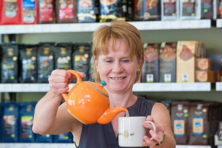 """Im Tietz befindet sich der Laden """"Faire Welt"""". Kathrin Weber schenkt Tee und Kaffee aus."""