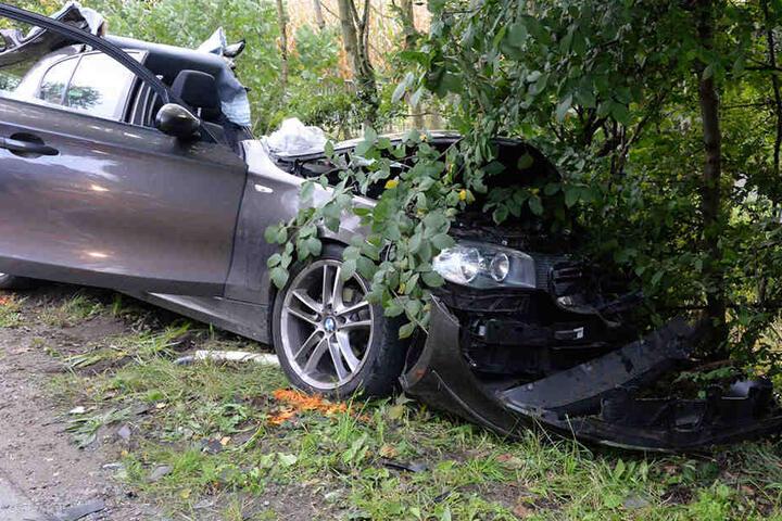 Aus dem Wrack des BMWs musste die schwer verletzte Frau (37) gerettet werden.