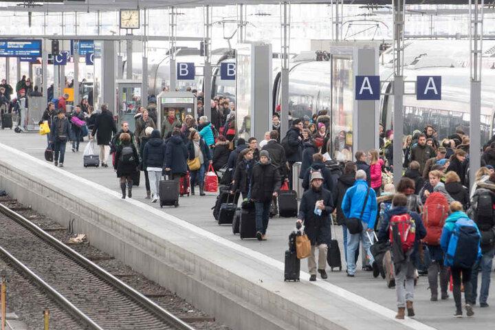 Auswärtige Bahnreisende haben aufgrund der undeutlichen Durchsagen oftmals Orientierungsprobleme (Symbolbild).