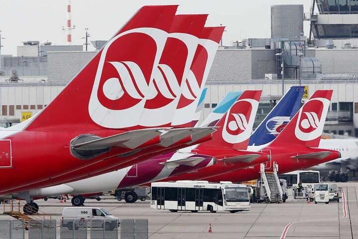 Flugzeuge von Air Berlin auf einem Flughafen.