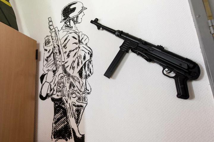 Im Aufenthaltsraum des Jägerbataillons 291 der Bundeswehr hängt eine Wehrmachts-Maschinenpistole an der Wand. Links neben der Waffe ist ein deutschen Soldat aus der Zeit des zweiten Weltkriegs als Wandbild zu sehen. In der Kaserne war der terrorverdächtig