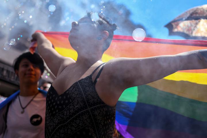 Die Regenbogenfahne war während der Parade stets zu sehen.
