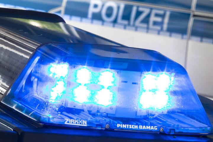 Eine Blaulicht leuchtet auf dem Dach eines Polizeiwagens (Symbolbild).