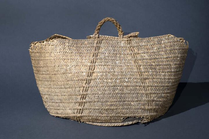Die in mittelrömische Zeit (70-135 n. Chr.) datierende Korbtasche aus Blättern und Fasern der Dattelpalme repräsentiert in eindrucksvoller Weise die außergewöhnlich guten Erhaltungsbedingungen am Toten Meer.