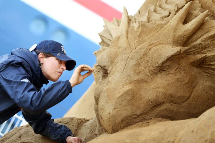 """Susanne Ruseler aus den Niederlanden arbeitet an ihrer Skulptur """"Seeschlange mit Sirenen""""."""