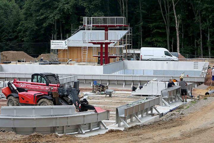 Der Sprungbereich und das 25-Meter-Becken sind schon fertig. Im August können erste Gäste das Freibad testen.