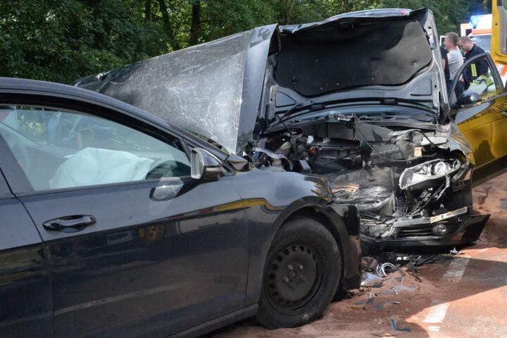Beide Autos wurden bei dem Zusammenstoß deformiert.