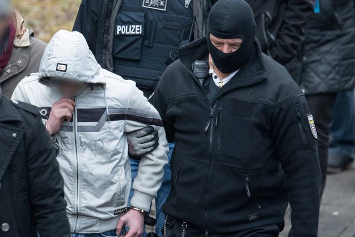 Bashar (links) bei der Begehung des Tatorts.