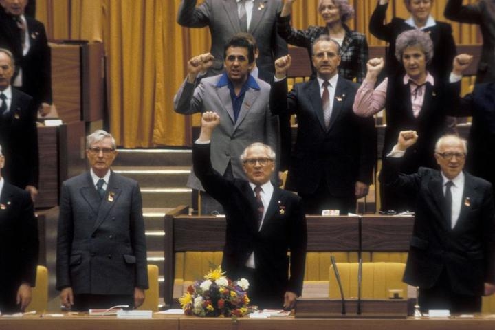Der X. SED-Parteitag 1981 in Berlin Ost: Vorne Erich Honecker (1912-1994),  dahinter der damals 44-jährige Egon Krenz.