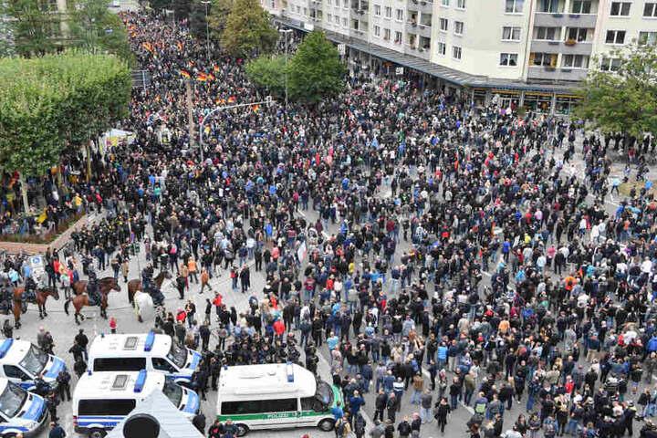 Die Teilnehmer des geplanten AfD-Trauermarschs, bevor es losgeht.