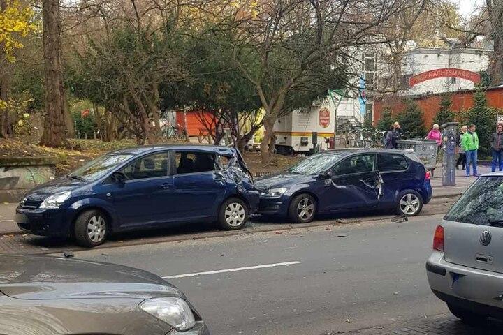 Mehrere geparkte Autos wurden stark beschädigt.