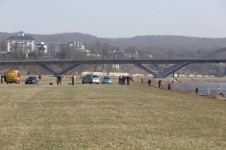Einsatzkräfte stehen an der Waldschlößchenbrücke. Dort musste eine Frau gerettet werden.