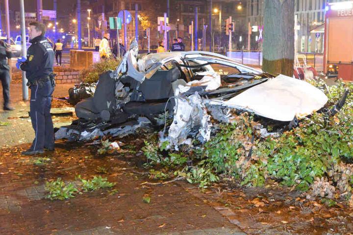 Das Auto prallte gegen den Baum und wurde völlig zerstört.