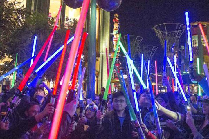 Hunderte Fans trauerten mit gezücktem Lichtschwert um ihre Ikone.