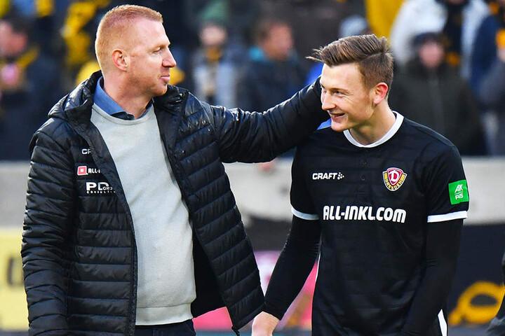 Da war Torhüter Markus Schubert (r.) wieder zum Lachen zumute. Trainer Maik Walpurgis beglückwünschte seinen Keeper zur weißen Weste.