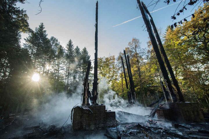 Viel ist vom Goetheturm nach dem verheerenden Brand in der Nacht nicht mehr übrig.