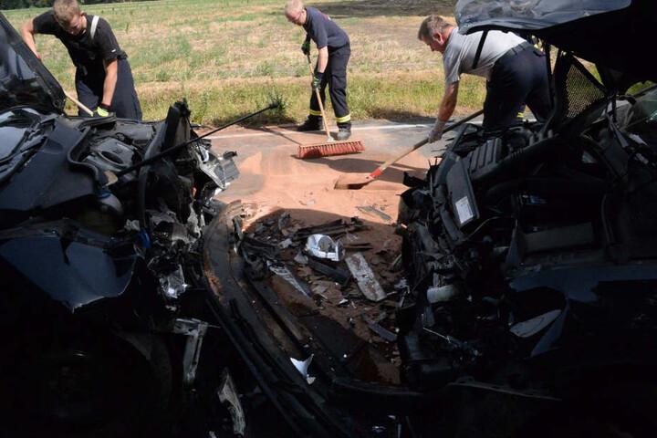 Die Feuerwehr musste ausgelaufene Betriebsstoffe abstreuen.