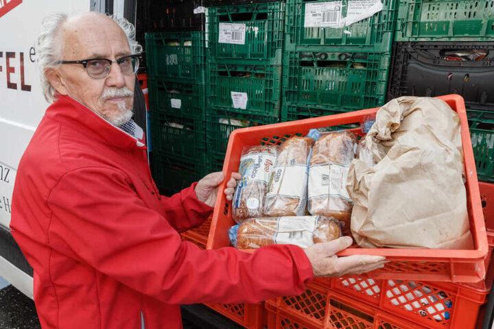 Ein freiwilliger Helfer belädt einen der Tafel-Transporter mit Nahrungsmitteln. (Archiv)