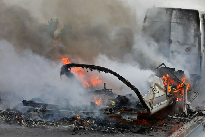 Kurz nachdem der Fahrer den Brand bemerkt hat, schlugen schon Flammen aus dem Anhänger.