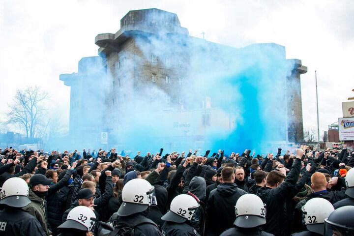 Fans des HSV vor dem Bunker am Heiligengeistfeld zünden Pyrotechnik.