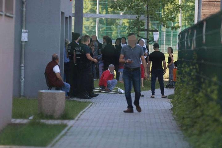 Polizisten stehen vor dem Eingang des Hauses, aus dem das Mädchen am Sonntag fünf Stockwerke tief in den Tod fiel.