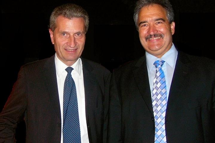 Der ehemalige baden-württembergische Ministerpräsident Günther Oettinger neben dem Angeklagten Josef Rief.