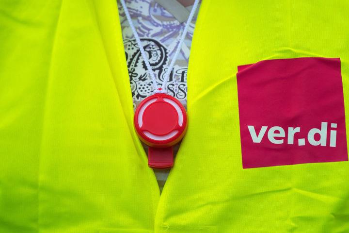 Die Gewerkschaft Verdi kritisiert zusätzlich zu den Gehaltsentwicklungen auch die Arbeitszeiten, die verbindlichen Dienstpläne und die Regelungen zum Bereitschaftsdienst in der Klinik.