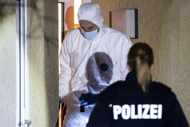 Ermittler vor dem Haus, in dem der neunjährige Junge ermordet wurde.