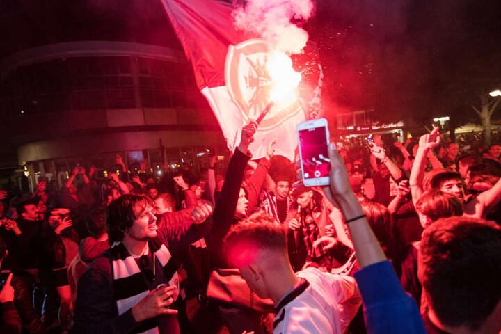 Eintracht-Fans feiern nach dem Pokalsieg in Frankfurt.