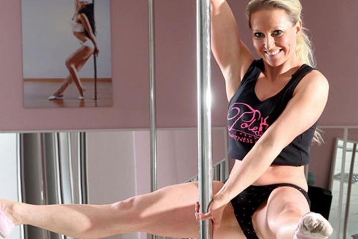 Sabine Herrmann zeigt an der Pole-Dance-Stange, was sie drauf hat.