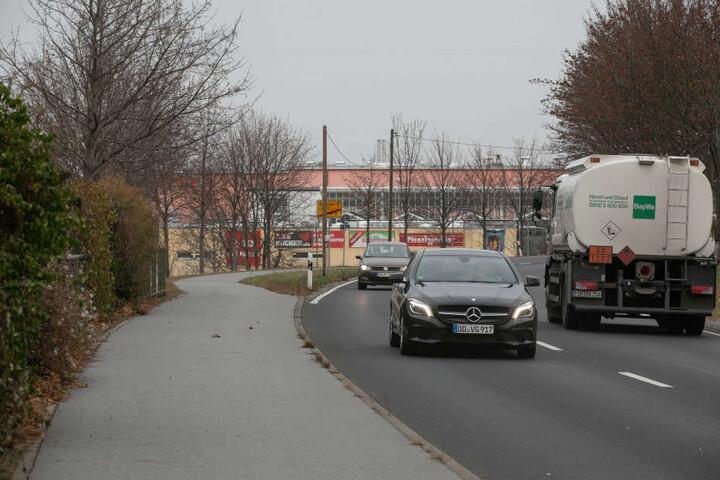 Ein Blick am Tag aus der Gegenrichtung in Höhe Wohnviertel in Richtung Einkaufszentrum.